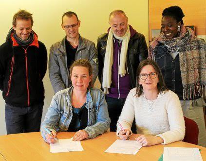 Véronique Pereira, maire (à droite) et Céline Piriou, co-présidente du Tro Menez Are, ont signé une convention en compagnie d'Erwan Cloarec, David Queinnec, Thierry Le Ster (membres de l'association) et Lydie Quiviger (conseillère municipale).